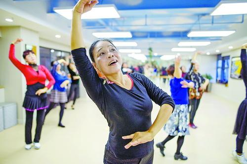 杏林街道居家社區養老服務照料中心內,老年人上舞蹈課格外認真