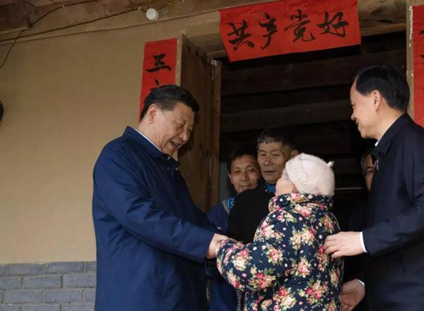 今年4月,习近平在重庆石柱县中益乡华溪村看望贫困户谭登周一家