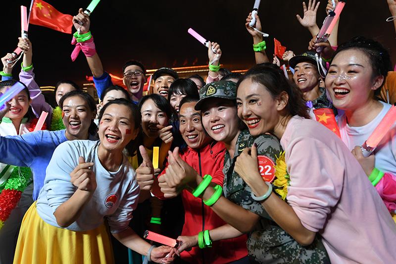 2019年10月1日晚,庆祝中华人民共和国成立70周年联欢活动在北京天安门广场举行。这是演员在联欢活动上合影。新华社记者 梁旭 摄