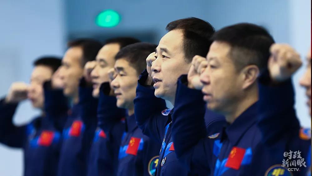 △2018年1月5日,在纪念中国人民解放军航天员大队成立20周年之际,11名曾经出征太空的中国航天员举行重温入队誓词活动。誓言铮铮不忘初心,牢记使命勇闯太空。
