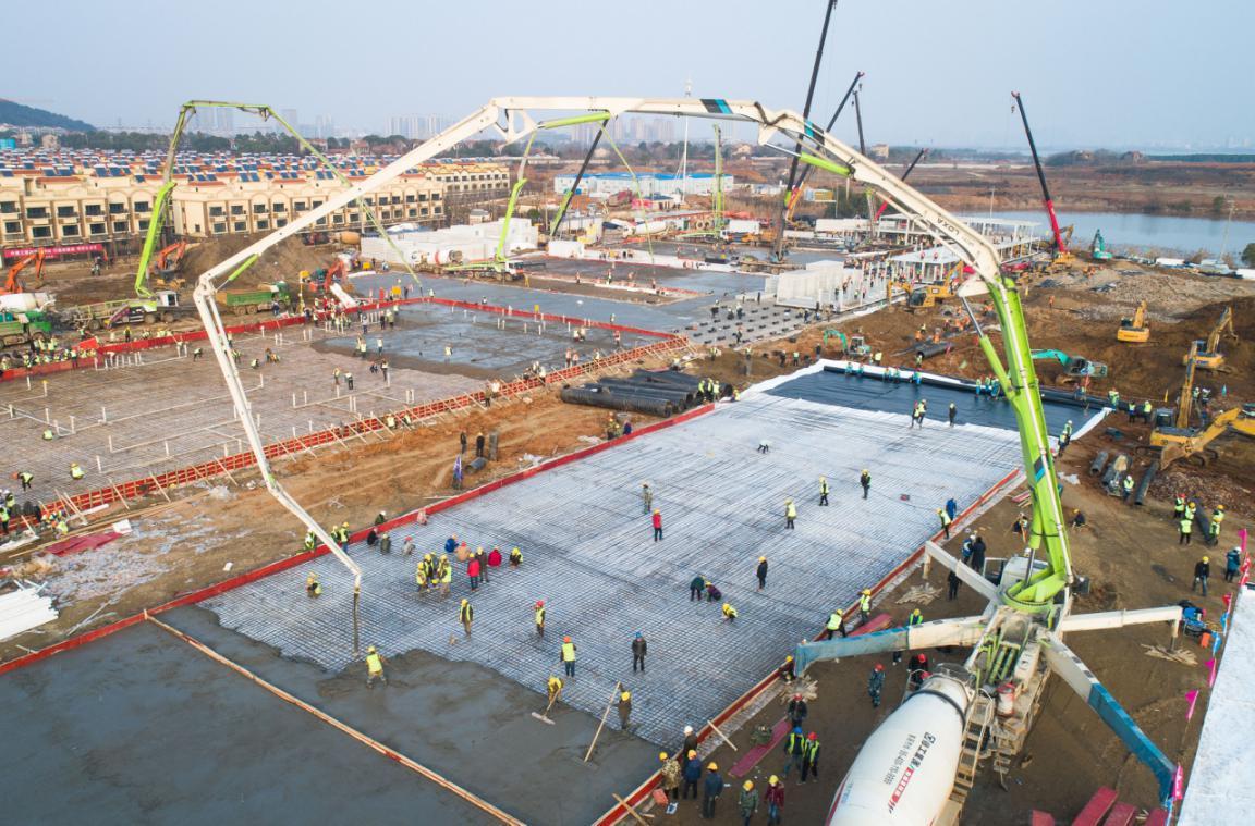 1月28日拍攝的武漢火神山醫院建設工地(無人機照片)。