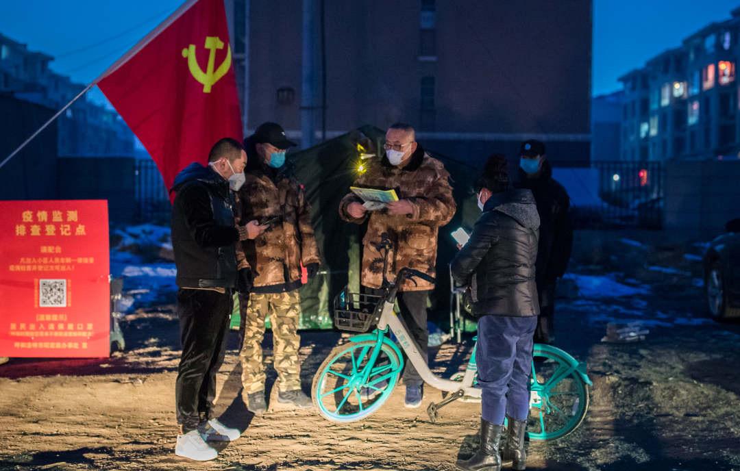 入夜,呼和浩特市玉泉區疫情防控工作組臨時黨支部黨員依然堅守崗位,開展排查登記工作。