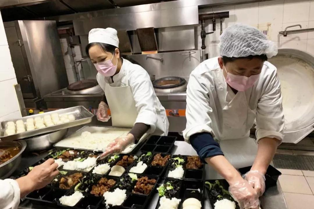 中国外文局食堂加强分餐制供应保障。