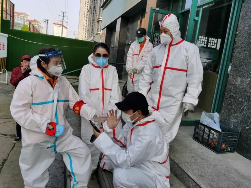 黄春明(右一)和志愿者同伴们在一起