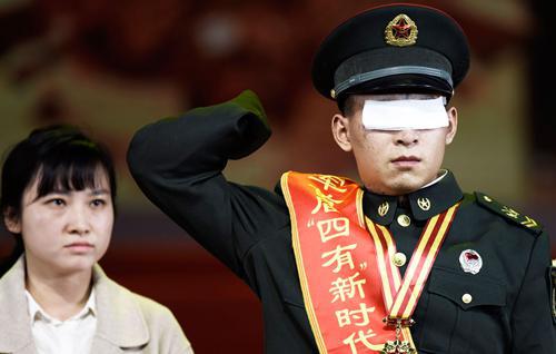 """杜富国在陆军首届""""四有""""新时代革命军人标兵颁奖仪式现场敬礼"""