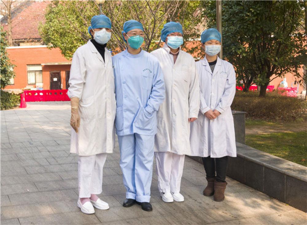 曾感染新型冠状病毒的返岗医护人员蔡桃英、杨丽、张晶、栾佳文(由左至右)在武汉市汉口医院合影(2月22日摄)。新华社记者 才扬 摄