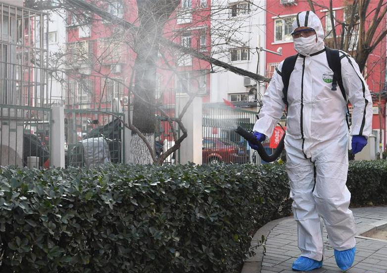 1月29日,北京市海淀区学院路街道聘请专业工作人员对社区内的重点区域进行卫生消毒。