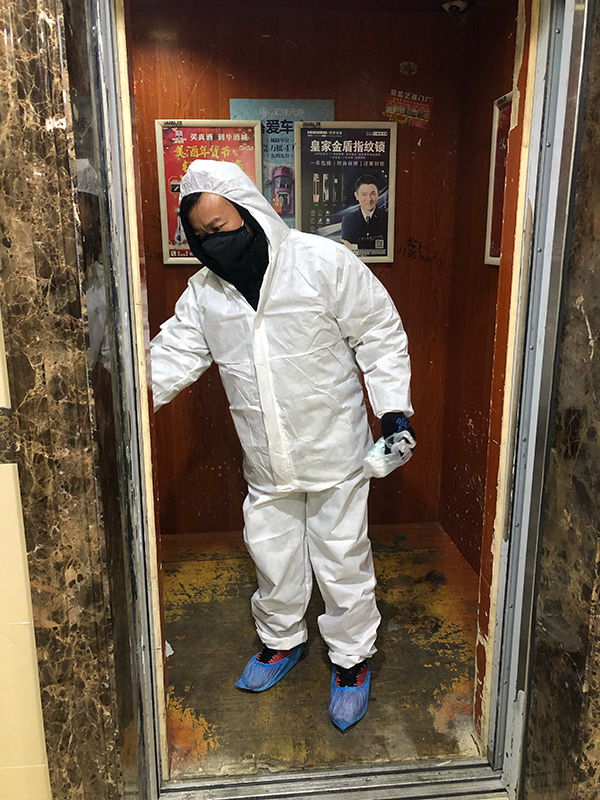 图为:付洪荣丈夫范国银在电梯内消杀