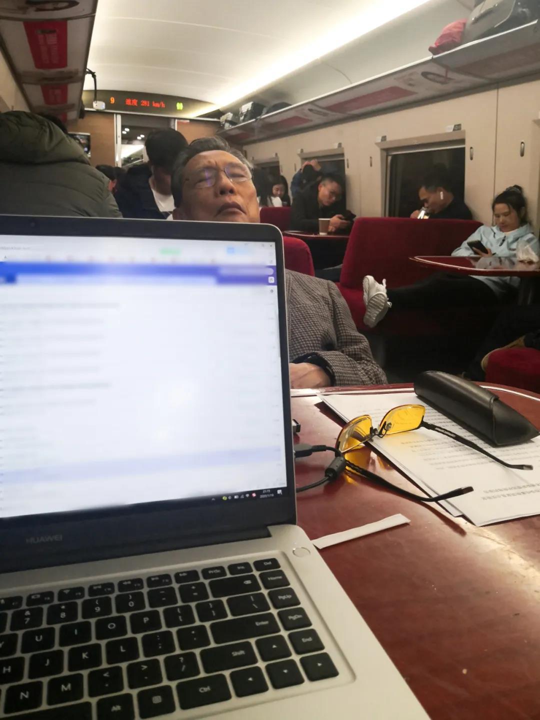 1月18日,在赶往武汉的列车上睡着