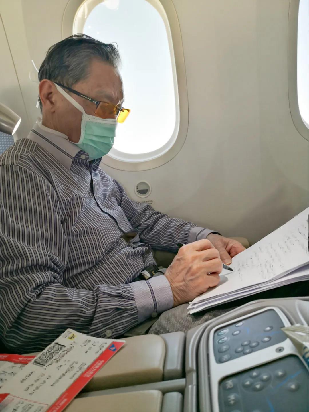 1月30日,钟南山院士在飞机上处理工作