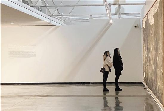 觀眾在上海民生現代美術館看展