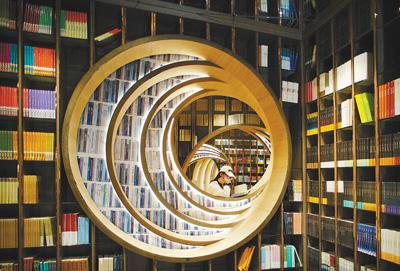 圖為4月20日,讀者在新開張的北京鐘書閣西單老佛爺店瀏覽圖書。本報記者 賀 勇攝