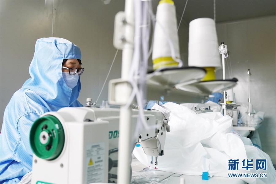 3月2日,在哈药集团制药总厂的医用防护服生产线,工作人员在进行生产作业。 新华社记者 王建威 摄