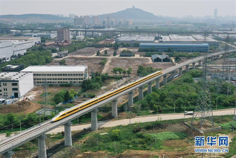 4月22日,在商合杭高铁合肥至湖州段,联调联试综合检测列车经过浙江湖州境内(无人机照片)。 新华社记者 黄宗治 摄