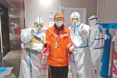 高上元(左二)和醫護人員合影。資料照片