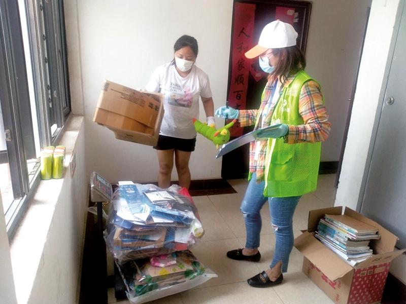 工作人员来到市民家中回收纸品和塑料制品