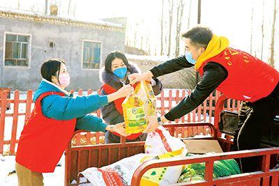 在疫情防控中,新疆博湖县查干诺尔乡敦都布呼村的党员、村组干部为乡亲代购配送生活物品。 年磊 摄