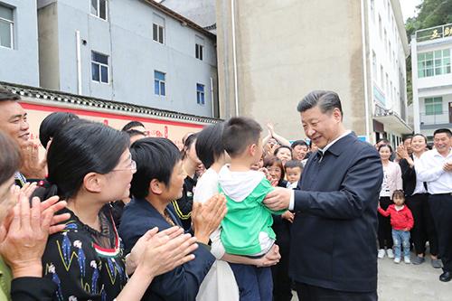 习近平总书记在宜昌市许家冲村与村民亲切交谈。(股票网 来源 新华网)