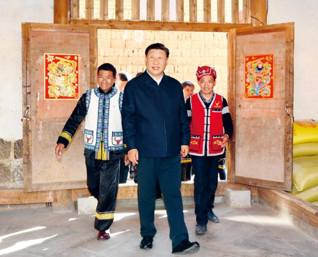 △2020年1月19日,习近平在腾冲市清水乡三家村中寨司莫拉佤族村村民李发顺家察看,了解居住环境。