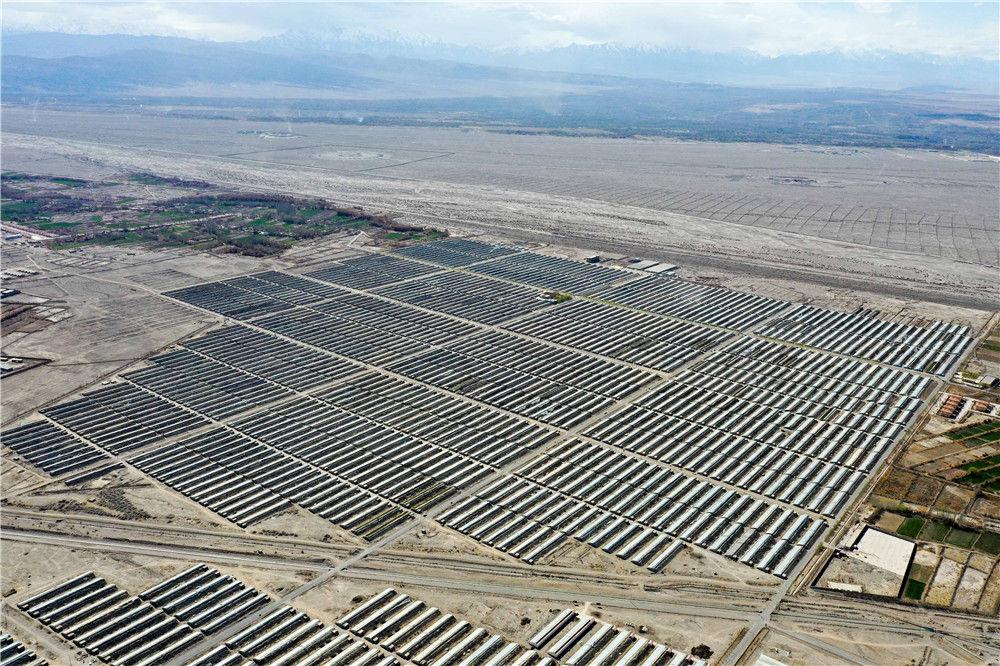 3月22日拍摄的新疆阿克陶县现代设施农业产业扶贫基地(无人机照片)。新华社记者 丁磊 摄