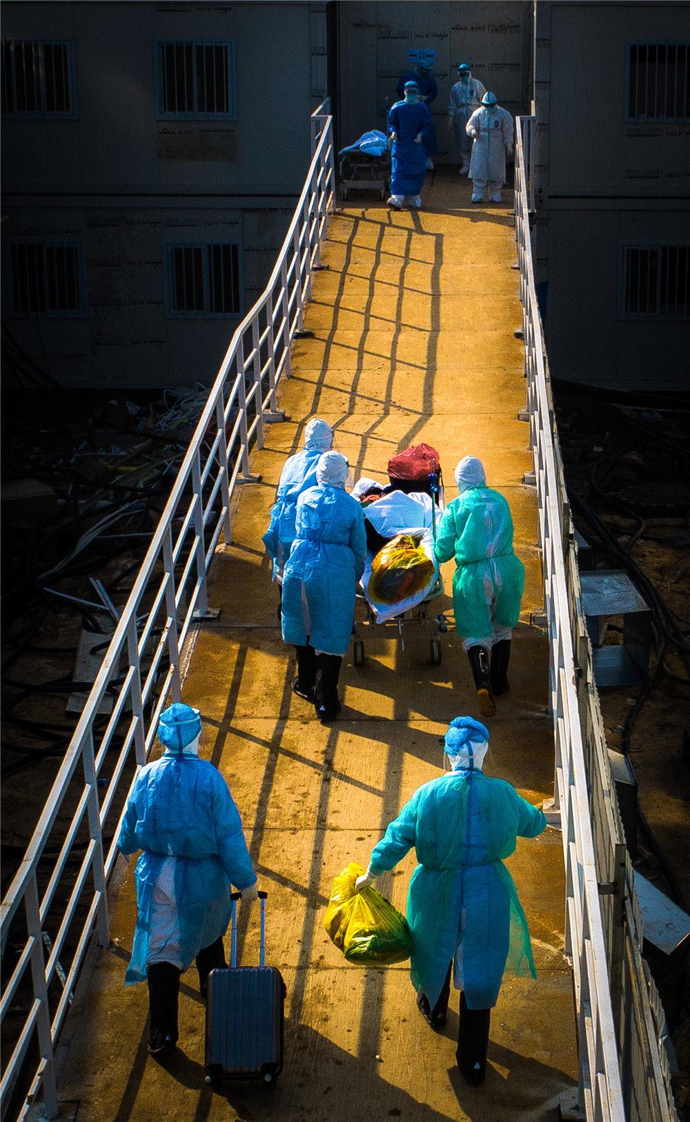 医护人员走向武汉火神山医院病房(2月4日摄)。新华社记者 肖艺九 摄