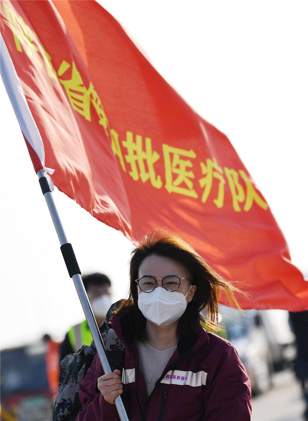 2月19日,陕西省第四批支援湖北医疗队队员在西安咸阳国际机场准备登机出发。新华社记者 李一博 摄