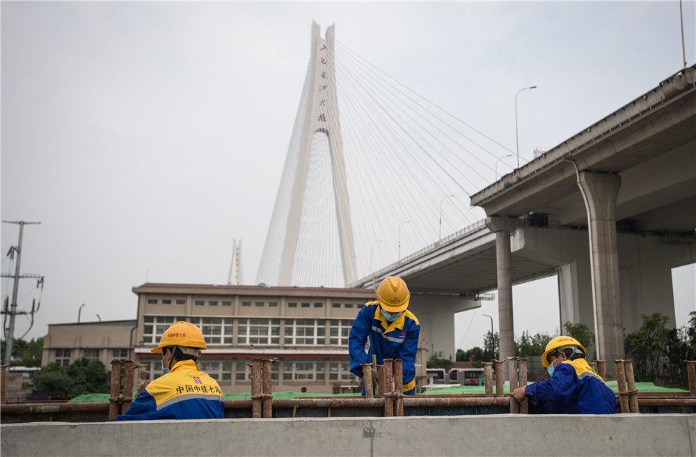4月30日,来自中铁七局的建设者在武汉武九北综合管廊工程施工现场作业。新华社记者肖艺九摄