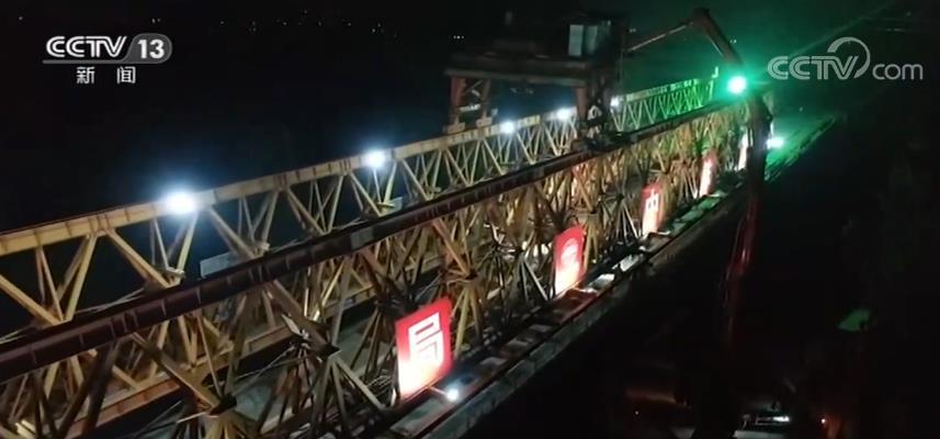 京唐城際鐵路建設突破施工難點 潮白新河特大橋連續梁合龍