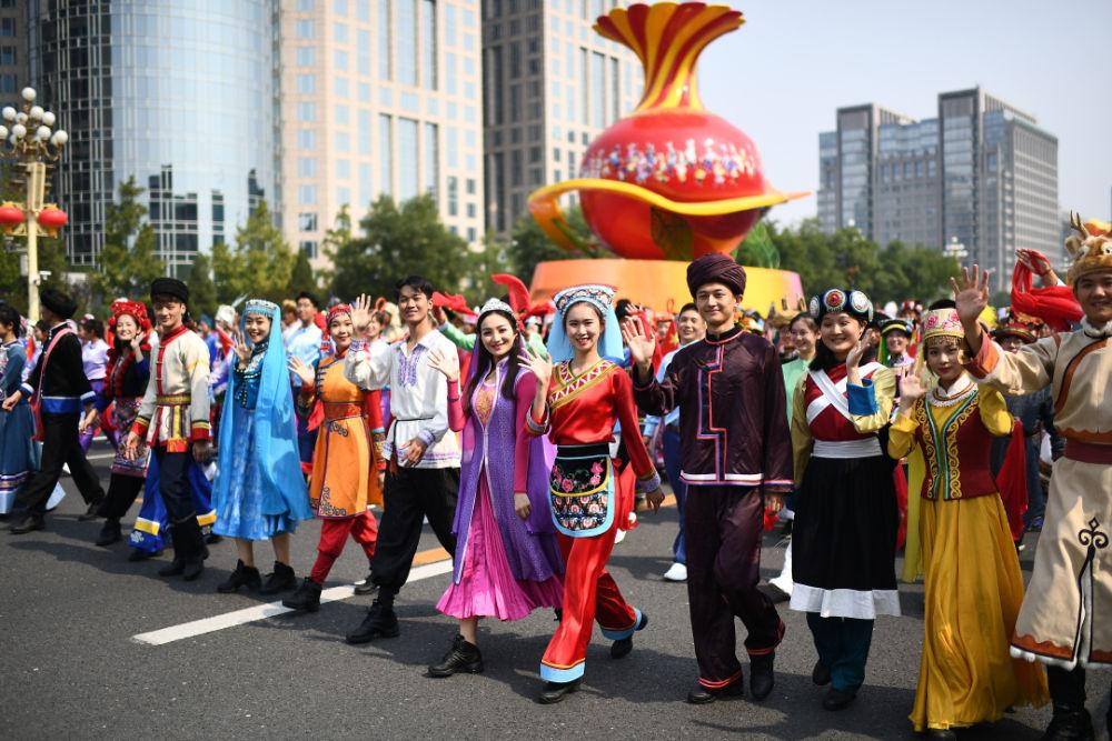 庆祝中华人民共和国成立70周年大会群众游行中的民族团结方阵(新华社记者张宏祥 摄)