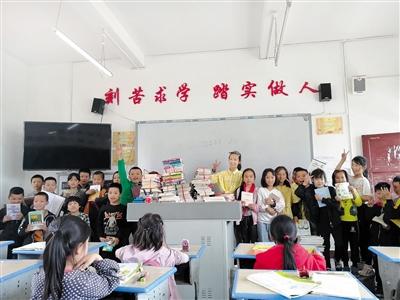 重庆秀山11岁小女生 为山村小伙伴筹建图