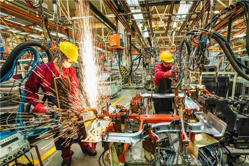 6月30日,工人在山東省青州市一家汽車制造企業的沖焊車間內生產作業。