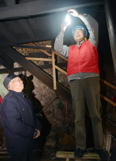 2018年2月,鄭國標幫助村里的老黨員檢查用電設備