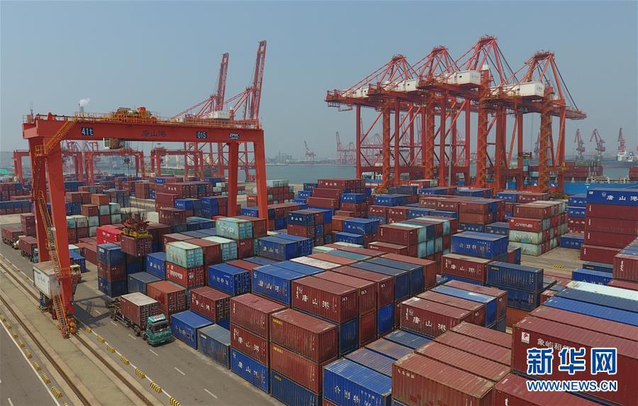 7月16日,国家统计局发布数据,初步核算,上半年国内生产总值456614亿元,按可比价格计算,同比下降1.6%。分季度看,一季度同比下降6.8%,二季度增长3.2%。这是工人在唐山港京唐港区集装箱货场操作机械设备调运集装箱(7月16日摄)。