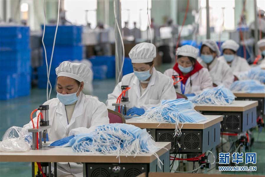 在上海浦东的三枪工业城生产车间,工作人员在生产准备出口的口罩(4月8日摄)。