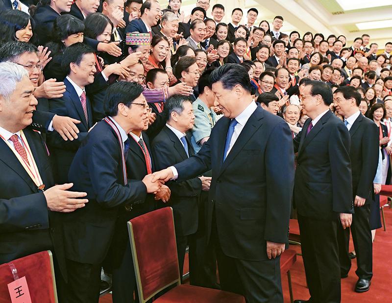2019年9月10日,党和国家领导人习近平、李克强、王沪宁等在北京人民大会堂会见庆祝2019年教师节暨全国教育系统先进集体和先进个人表彰大会受表彰代表。 新华社记者 申宏/摄