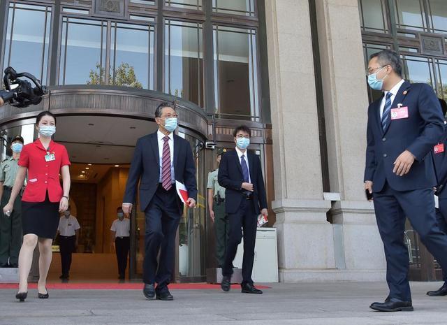 """9月8日上午,""""共和国勋章""""获得者钟南山走出住地准备上车。新华社记者 李贺 摄"""
