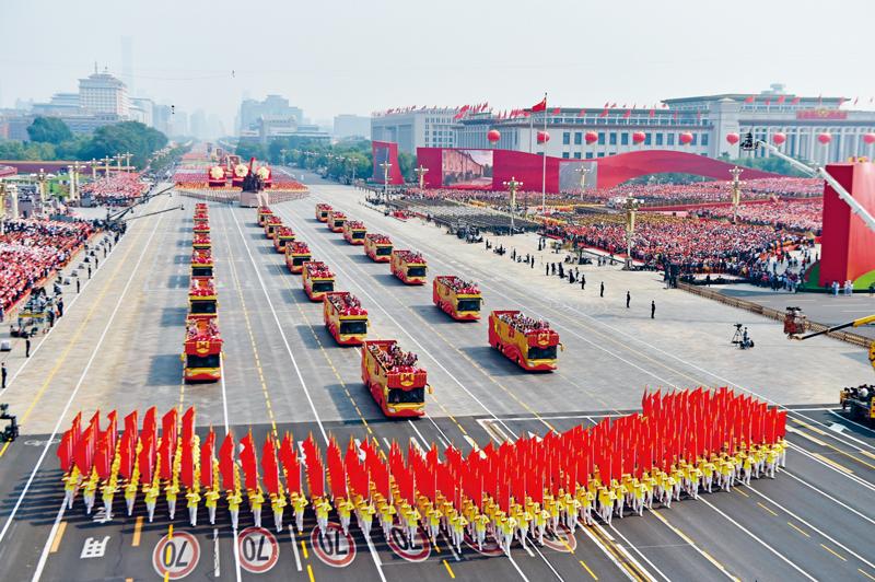 """2019年10月1日上午,庆祝中华人民共和国成立70周年大会在北京天安门广场隆重举行。这是""""致敬""""方阵。 新华社记者 徐昱/摄"""