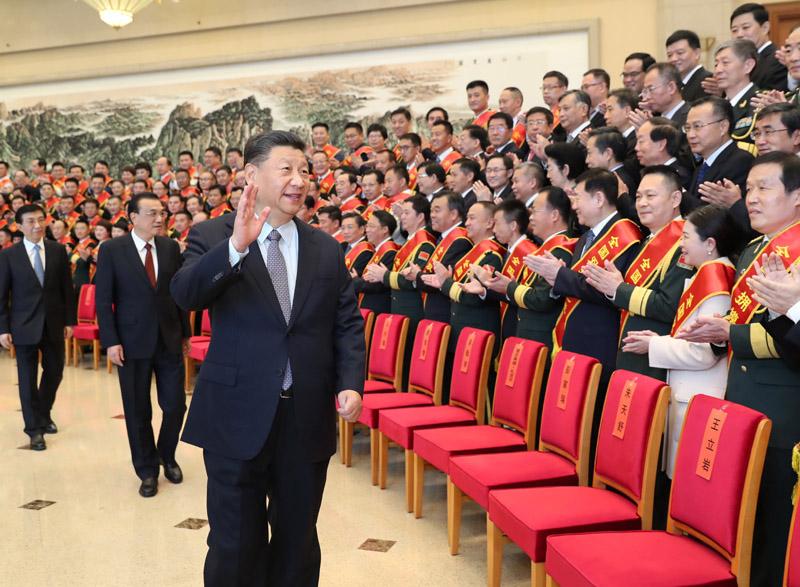 10月20日,党和国家领导人习近平、李克强、王沪宁等在北京会见全国双拥模范城(县)命名暨双拥模范单位和个人表彰大会代表。新华社记者 黄敬文 摄