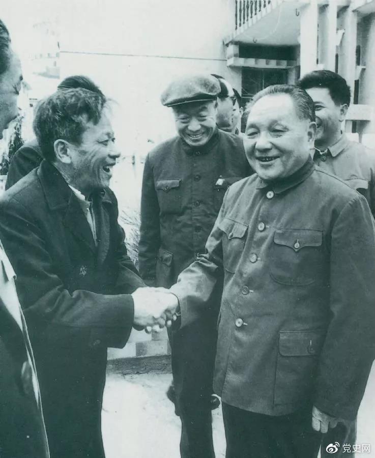 1984年1月25日,邓小平在深圳经济特区走访渔民新村。