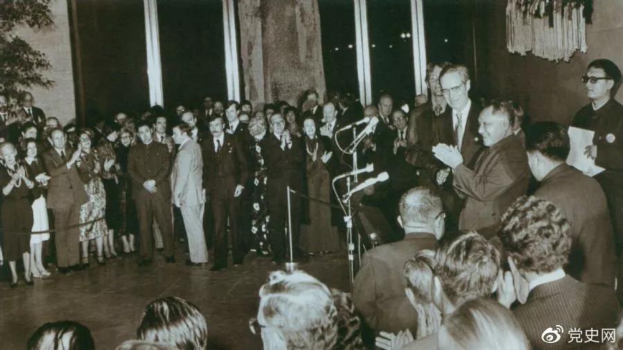 1979年1月30日,邓小平出席美国团体联合举行的招待会,并发表讲话。