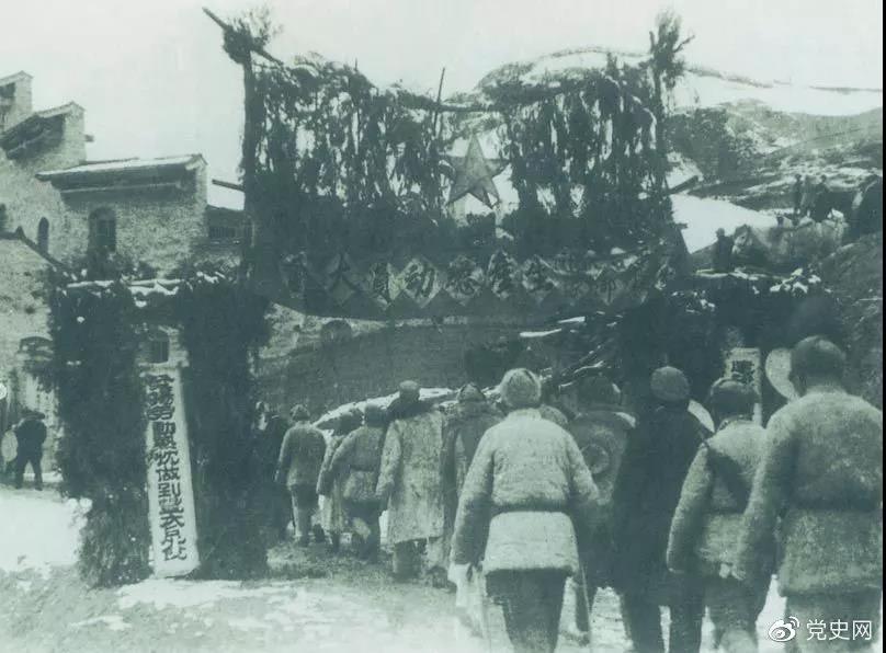 """1939年2月2日 中共中央在延安召开生产动员大会,毛泽东在会上发出""""自己动手""""的号召。图为参会人员入场的情景。"""