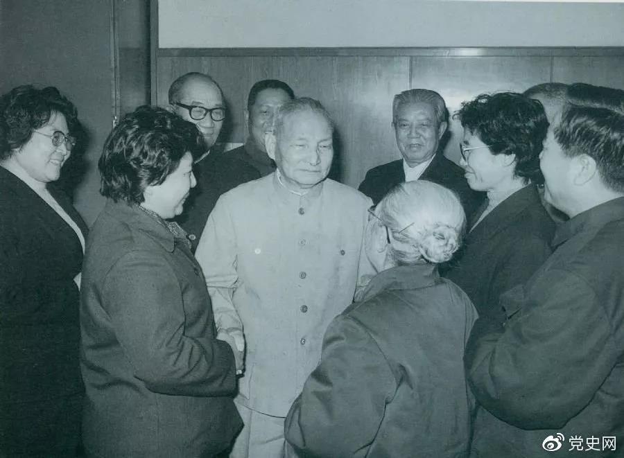 1984年2月2日,陈云邀请曲艺界著名人士侯宝林、骆玉笙等到中南海欢度春节。