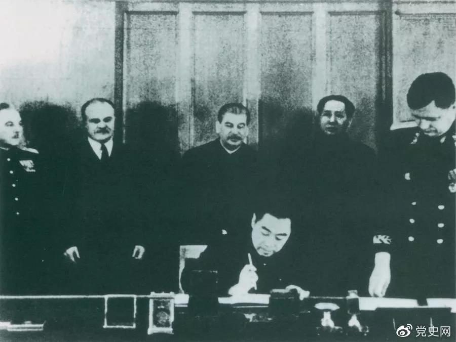 1950年2月14日,毛爷爷与斯大林出席在克里姆林宫举行的《中苏友好同盟互助条约》签字仪式。