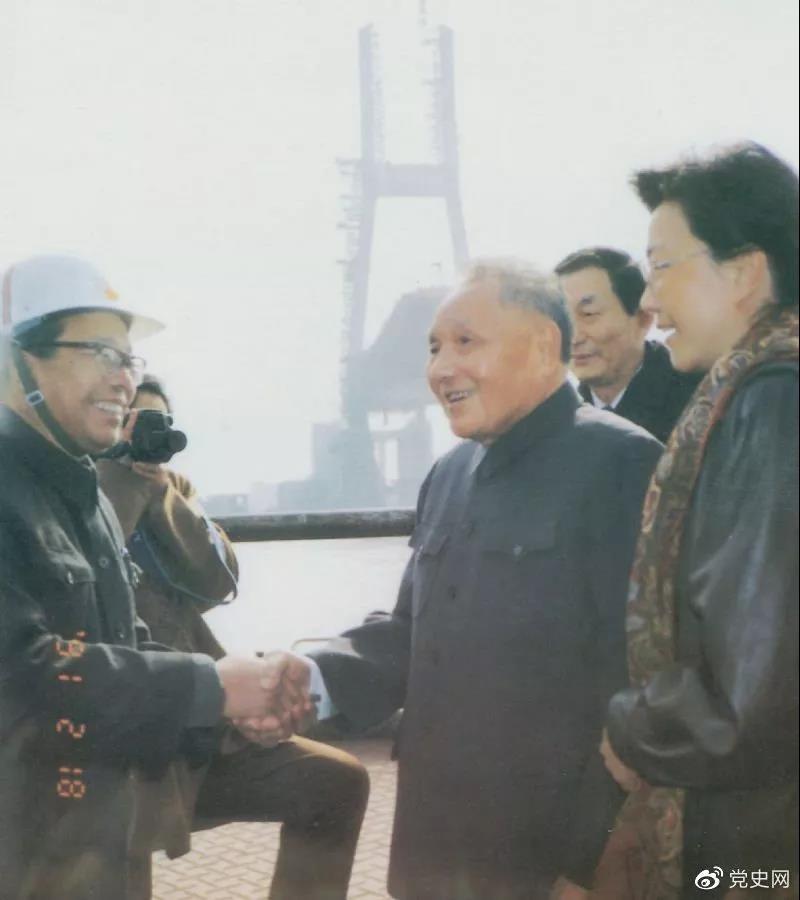 1991年2月18日,邓小平视察上海南浦大桥工地时同大桥工程设计人员握手。