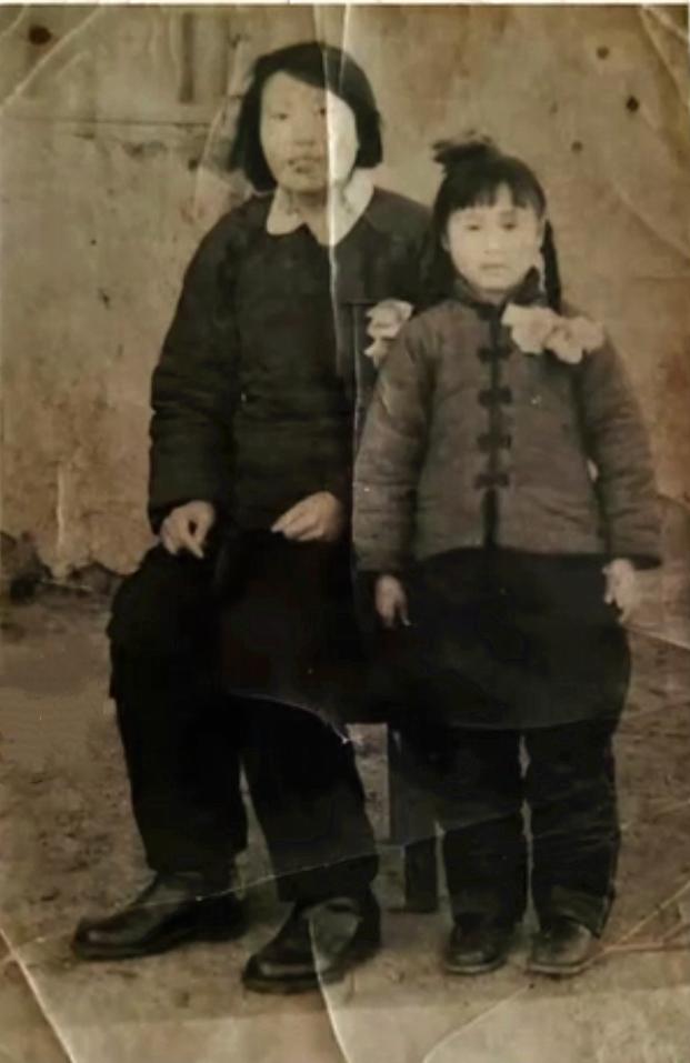 △包鳳英與養母
