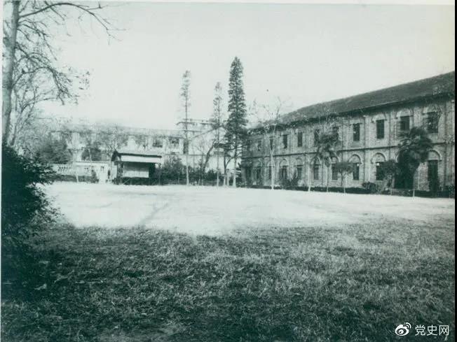 1927年3月18日,毛泽东出席在武昌举行的河南武装农民代表大会,并作湖南农运状况报告。图为大会会场――武昌农讲所大操场。