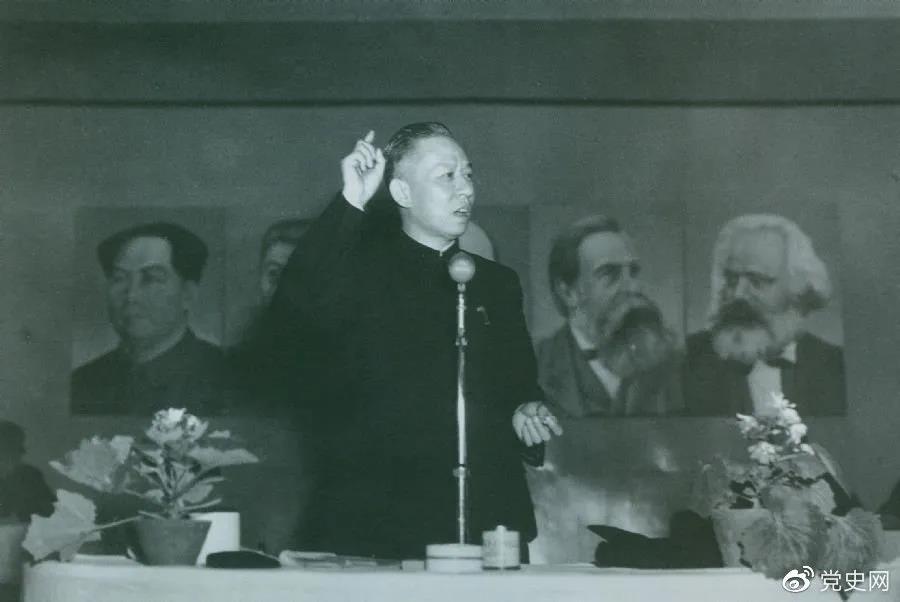 1951年3月28日,刘少奇在第一次全国组织工作会议上作报告。