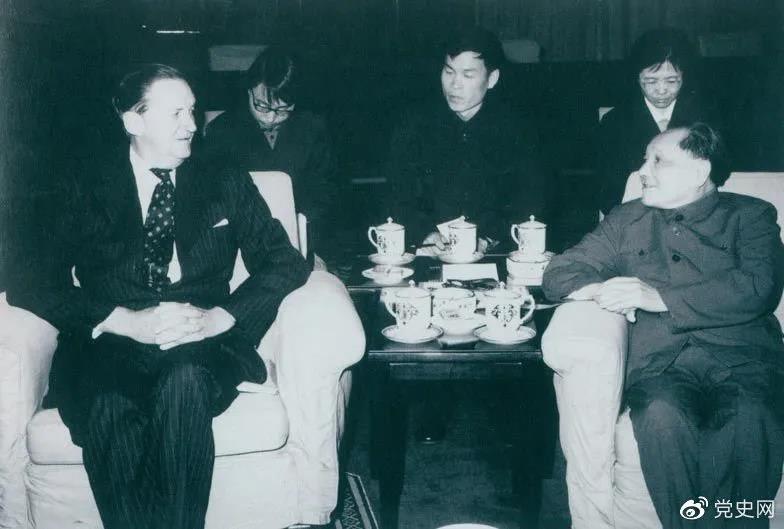 1979年3月29日,邓小平会见香港总督麦里浩。