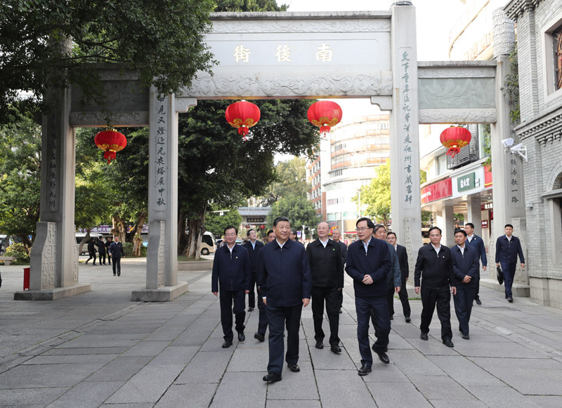 3月22日至25日,中共中央总书记、国家主席、中央军委主席习近平在福建考察。这是24日下午,习近平在福州三坊七巷历史文化街区步行察看南后街。新华社记者 王晔 摄
