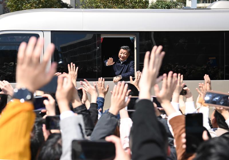 3月22日至25日,中共中央總書記、國家主席、中央軍委主席習近平在福建考察。這是25日上午,習近平在福州閩江學院考察時,向師生們揮手致意。新華社記者 燕雁 攝